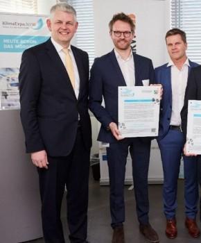 Christoph Dammermann, Staatssekretär im Ministerium für Wirtschaft, Innovation, Digitalisierung und Energie des Landes NRW übergab die Auszeichnung für den Einsatz im Klimaschutz an Simon Jegelka und Roland Draier, Geschäftsführer des Gütersloher Unternehmens Topocare.