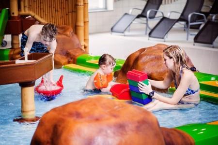 Eine Runde über den Wasserparcours. Das geht am Tag des Hallenbades am 30. März im Ishara.