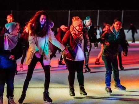 Die Eisdisco fand in diesem Jahr besonders viel Anklang bei den Besucherinnen und Besuchern der Oetker- Eisbahn. (Foto: Patrick P ollmeier)bbf74_Eisbahn - Bilanz_18_19.docx
