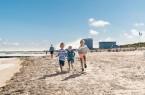 Barfuß im Sand: Am Warnemünder Strand können Kinder sich austoben. Foto: TMV/Süß