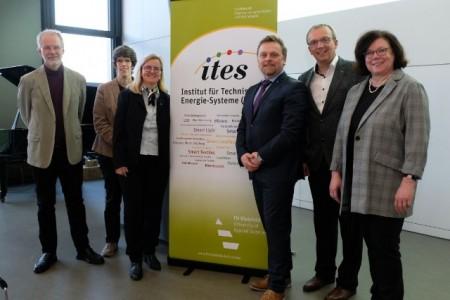 Die Institutsmitglieder des ITES bei der Gründungsfeier im Februar 2019 (v.l.): Prof. Dr. Jörn Loviscach, Prof. Dr. Dr. Andrea Ehrmann, Prof. Dr.-Ing. Eva Schwenzfeier-Hellkamp, Prof. Dr.-Ing. Jens Haubrock, Prof. Dr.-Ing. Herbert Funke und Prof. Dr. Hildegard Manz-Schumacher.