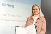 Prof. Dr.-Ing. Eva Schwenzfeier-Hellkamp, langjähriges Vereinsmitglied und von 2014 bis 2017 Vorsitzende, ist für ihre Verdienste um den VDI OWL geehrt worden.