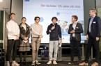 Im Dialog mit der nächsten Generation: Rune McCallum (19 Jahre), Laura Frank (17), David Nalimov (14) und Simon Erichsen (17) (v.l.) von der Bielefelder FridaysForFuture-Bewegung forderten auch die Mitglieder des VDI OWL wie Fabian Schoden (2.v.r.) und Karsten Ollesch (r.) und zum Handeln auf. Foto: Katrin Biller / VDI OWL