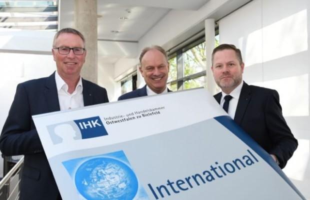 Harald Grefe, stellvertretender IHK-Hauptgeschäftsführer, Oliver Höner,  Vorsitzender des IHK-Außenwirtschaftsausschusses und Jens Heckeroth,  IHK-Referent International (von links) blicken auf das Auslandsgeschäft der  ostwestfälischen Wirtschaft.