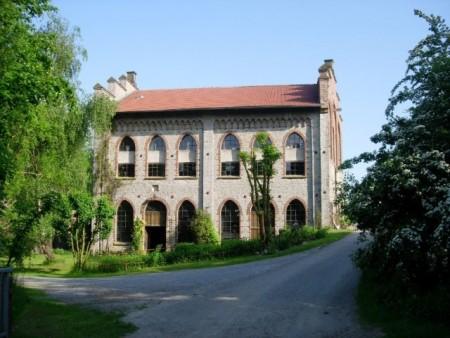 Vereint: Moderne Kunst und alte Technik finden eine Heimat in der Brincker Mühle in Borgholzhausen (Foto: Waltraud Brenneke).