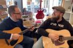 :  Groo ven  sich  schon  mal für  die  Tiny  Shop  Concerts  2019 ein : (v. l.) Steffen  G erz (wertkreisG ü tersloh)und Michael Tucker (Musikgalerie)
