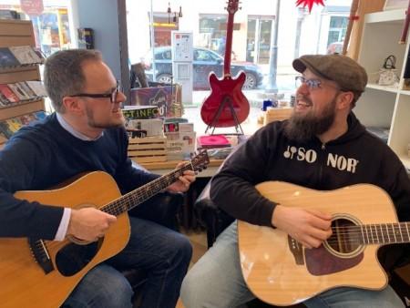 : Groo ven sich schon mal für die Tiny Shop Concerts 2019 ein : (v. l.) Steffen G erz (wertkreis G ü tersloh) und Michael Tucker (Musikgalerie)