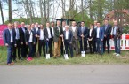 Spatenstich in Rheda-Wiedenbrück an der Straßenecke Maaßfeld/Röckinghausener Straße: Vertreter aller Beteiligten trafen sich hier, wo die Bauarbeiten für den Glasfaserausbau in den Außenbereichen der acht beteiligten Kommunen beginnen.