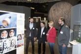 Felix Banzhaf hat in einem Zeitraum von über 1,5 Jahre die Wanderausstellung konzipiert und vermittelt Planetariumsleiter Dr. Björn Voss, Dr. Ulrike Gilhaus, Leiterin des LWL-Museumsamtes, sowie Dr. Jan Ole Kriegs, Direktor des LWL-Museums für Naturkunde, die einzelnen Ausstellungsinhalte. Foto: LWL/Heimann