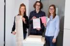 Ab sofort können Wahlberechtigte ihre Wahlunterlagen bei (v.l.) Teresa Huster, Florian  Kankowski und Charlotte Becker im Briefwahlamt im Rathaus beantragen. Mit dem  Smartphone kann auch über einen QR-Code auf den Wahlbenachrichtigungen ein  Wahlscheinantrag gestellt werden.