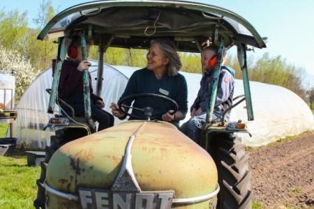 Acht Jungen und Mädchen verbringen im Rahmen der Ferienspiele der Stadt Gütersloh einen sonnigen Nachmittag auf dem Bauernhof