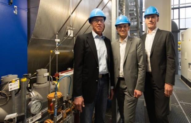 (von links): Klaus Danwerth, Leiter Erzeugung bei den Stadt- werken Bielefeld sowie die beiden Geschäftsführer Martin Uekmann und Rainer Müller schaffen für 1,4 Millionen Euro einen zweiten Heißwasserkessel an und investieren damit in die Fernwärmeversorgung von Bielefeld. Foto: Dennis Angenendt