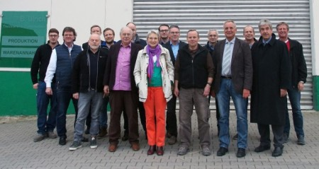 Bürgermeister Hermann Temme (1. Reihe von rechts) und Ausschussvorsitzender Robert Rissing bedankten sich bei Firmeninhaber Burkhard Ulrich (Mitte), der interessante Einblicke in sein Unternehmen gab