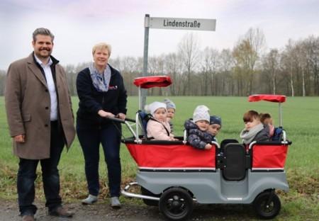 Timo Menzel (fermenta) und Gabriele Heber (Johanniter-Kita Arche Noah) mit den Jüngsten auf Jungfernfahrt mit dem neuen Kita-Bus.