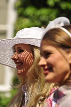Die schönsten Hutkreationen werden täglich prämiert.