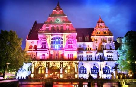 Zum Rahmenprogramm der Kulturnacht zählen außerdem eine interaktive Illumination des Alten Rathauses sowie Installationen an weiteren Orten. Foto. Bielefeld Marketing/Sarah Jonek