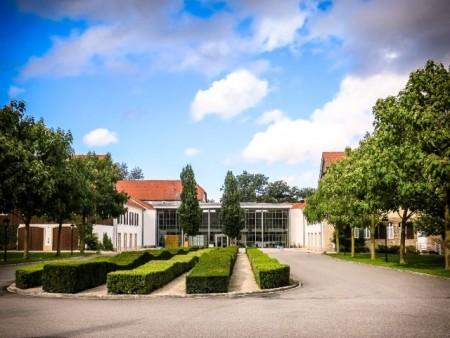 """Steht für Qualität: Das Vier-Sterne-Superior-Hotel """"Gräflicher Park Health & Balance Resort"""". (Foto: Horst Hamann/Gräflicher Park) Für weitere Presseinformationen wenden Sie"""
