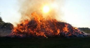 1 Foto (© Stadt Minden), die Liste der angemeldeten Osterfeuer in Minden und eine Karte, auf der die Standorte verzeichnet sind.