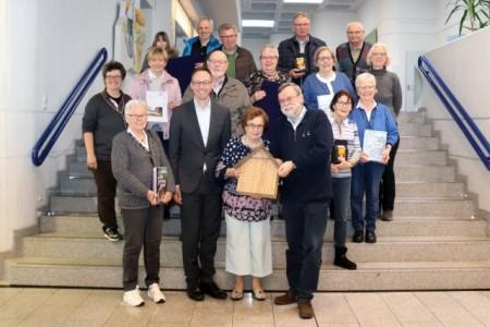 :Bürgermeister Theo Mettenborg überreichte den Gewinnerinnen und Gewinnern des Umweltkalender-Rätsels ihre Preise.