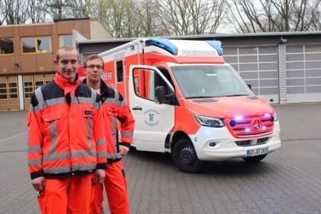 Die Notfallsanitäter Christoph Wienströer (links) und Tobias Becker fahren den neuen Rettungswagen der Feuerwehr Gütersloh