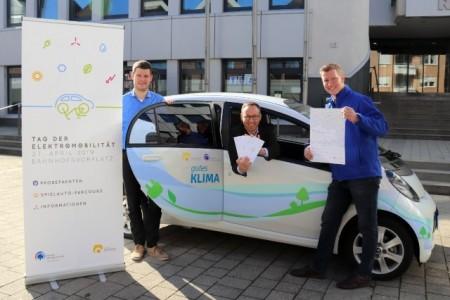 Organisator Hans Fenkl, Bürgermeister Theo Mettenborg und Martin Müller vom Stadtwerk Rheda-Wiedenbrück freuen sich auf den 2. Tag der Elektromobilität und laden alle Interessierten am 27. April ab 10 Uhr auf den Bahnhofsvorplatz ein.