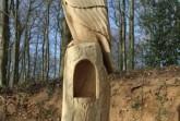 Stolz und Würde strahlt der  hölzerne Uhu aus , der  am Eingang des Friedwaldes wacht.(Foto Landesverband Lippe)