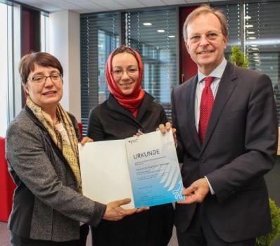 (Universität Paderborn, Simon Ratmann): V. l.: Prof. Dr. Birgitt Riegraf, Jun.-Prof. Dr. Muna Tatari und Thomas Rachel freuen sich über die Übergabe des Zuwendungsbescheids zum Aufbau des Instituts für Islamische Theologie.