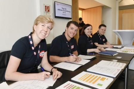 Auszubildende von Dr. Oetker sichten Bewerbungsunterlagen der Schülerinnen und Schüler. Bildnachweis: © Dr. August Oetker Nahrungsmittel KG