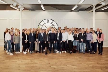 Jürgen Beckmeier wird von seinen Kollegen bei Pierre Cardin in den wohlverdienten Ruhestand verabschiedet Foto: Stadt Paderborn