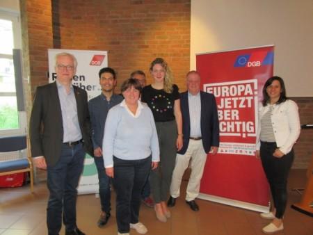 Beim DGB-Parteiencheck im Bielefelder Haus der Kirche präsentierte der geschäftsführende IG Metall-Vorstand Hans-Jürgen Urban (l.) die gewerkschaftlichen Ziele und Fotis Matentzoglou (Die Linke), Birgit Ernst (CDU), Mehrdad Mostofizadeh (Die Grünen), Sally Lisa Starken (SPD) und Ulrich Klotz (FDP) reagierten auf die Fragen der Gewerkschaften und DGB-Regionsgeschäftsführerin Anke Unger (v.l.n.r.).