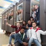 Das hat Spaß gemacht: Jugendliche des Kolpingbildungswerkes haben jetzt einen Bauwagen für Jugendliche gebaut. Der Bauwagen wird in Zukunft als Anlaufstelle für die Traceure an der Parkour- Anlage an der Ahornallee genutzt. Foto: Stadt Gütersloh