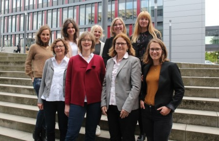 (Universität Paderborn, Jennifer Strube):Untersuchen digitale Lernumgebungen von Schülern: (v. l. vorne) die Projektleiterinnen Jun.-Prof. Dr. Kamin (Bielefeld), Prof. Dr. Buhl, Prof. Dr. Meister und Dr. Bonanati (Paderborn) sowie das Projektteam (v. l. hinten) Gerhardts, Gruchel, Kurock, Richter, Dr. Burgfeld-Meise.