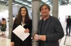 Eva Karl von der Galerie Von&Von mit dem afghanisch-deutschen, in Bielefeld ansässigen Künstler Aatifi auf der Paper Positions Berlin.Foto: Martina Bauer