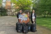 Dirk und Sonja Krüger mit Bürgermeister Jürgen Schell auf dem Schlossgelände in Barntrup Foto: Stadt Barntrup