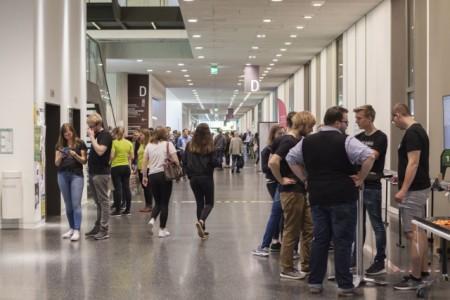 Volle Hörsäle, gut besuchte Infostände: Der vierte Tag der offenen Tür an der FH Bielefeld lockte 7.000 Besucherinnen und Besucher in das Hauptgebäude auf dem Campus Nord. Foto: FH Bielefeld