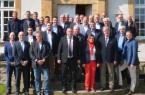 Bürgermeister Hermann Temme (1. Reihe 3. von rechts) begrüßte die kommunalen Vertreter, den EKM-Geschäftsführer Siegmund Laufer (1. Reihe 2. Von links), den Sprecher des Regionalausschusses Andreas Schultheis (Mitte) und den Leiter des Regionalzentrums Mitte Sebastian Breker (links) im Schloss Gehrden.