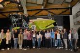 Im Schatten des Jaguars: Bei Claas informierten sich die Studierenden der Fachhochschule und Universität Bielefeld über Karrierechancen (Foto: Claas).