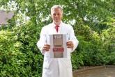 """Dr. Albrecht Krause-Bergmann freut sich über die Auszeichnung als """"Top-Mediziner 2019"""" durch  das Nachrichtenmagazin Focus."""