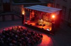 Traumhafter Sommerabend: Die ausgeleuchtete Bühne setzt die Musiker im  Dalheimer Ehrenhof passend in Szene. (Foto: LWL/Johanna Pietsch)