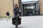 Blitzschnell mit dem elektronischen Lastenfahrrad: Inka Fritzenkötter testet das Fahrzeug vor dem Rathaus.