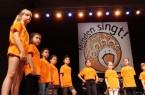 Konzentrierte Kinder der Mosaikschule auf der Bühne des MIT-Singfestes (Foto: Stadt Minden)