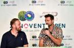 (Kehrmann+Wiese): Talk auf der OWL-Lokalradiobühne: Handball-Weltmeister Florian Kehrmann (rechts) mit Moderator Sebastian Wiese. © NOVENTI OPEN/HalleWestfalen