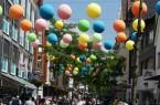 Beliebtes Fotomotiv: Die Mittlere Berliner Straße wird in bunte Farben getaucht.