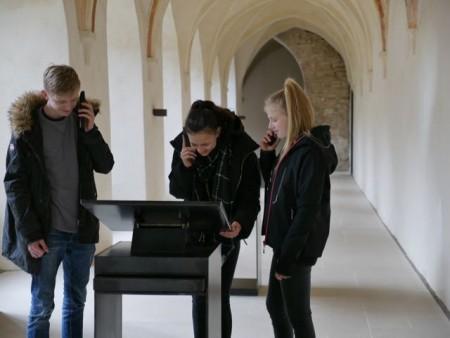 Aufgehorcht: Mit dem neuen Audioguide können Kinder und Erwachsene spielerisch die historische Klausur des Klosters erkunden. (Foto: LWL/Kristina Schellenberg)