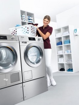 """Sparsam im Alltag und dank einer Sonderaktion zum 120. Geburtstag jetzt besonders günstig: Waschmaschinen und Trockner aus der neuen Generation """"Kleine Riesen"""" von Miele."""