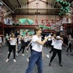 Junge Tänzer auf der großen Bühne