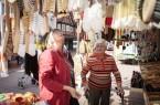 So ein großes Sortiment: Hannelore Weberling (r.) und Heidi Kohlmeier schauen sich am Stand mit dem vielen Bürsten um.  Fotos: Johanneswerk /Mike Dennis Müller