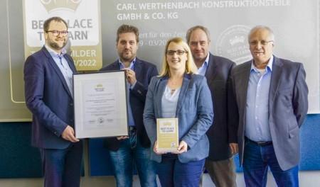 """v.l.n.r.: Niels Köstring (Geschäftsführer AUBI-plus) überreicht das Zertifikat """"Best Place To Learn"""" an Carl Werthenbach (Geschäftsführer), Jutta Klause (Personalentwicklung und Ausbildung), Ralf Nübel (Leiter Personal), Reinhard Mündkemüller (Betriebsratsvorsitzender). Foto:Annette Schnitzler, Carl Werthenbach Konstruktionsteile GmbH & Co. KG"""
