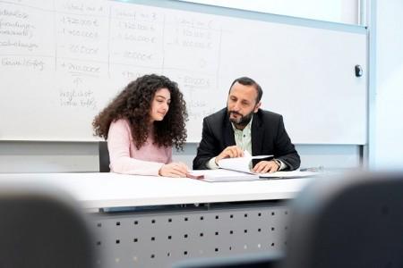 Die TDU-Studentin Bilge Coşkun gehört zu den ersten Studierenden, die im Rahmen der Testphase für den Doppelabschluss an die FH Bielefeld gekommen sind. Prof. Dr. Riza Öztürk ist für die FH Bielefeld Koordinator an der TDU. (Foto: DAAD/Jörg Sänger)