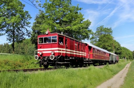 Die historische E-Lok E22 der Extertalbahn rollt seit 1927 durch Nordlippe. Dank des Vereins Landeseisenbahn Lippe, der sich seit 2005 sowohl für die Lokomotive wie auch Denkmalschutz stehende Fahrleitung verantwortlich ist.Foto: Michael Rehfeld